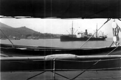 Barco y lanchas en un puerto marítimo