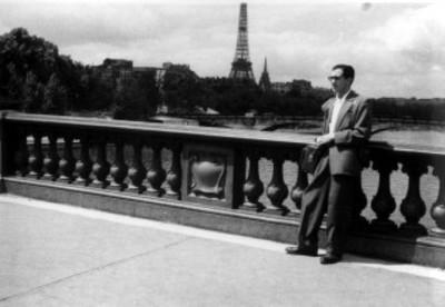 Constantino Reyes Valerio en el puente del río Sena