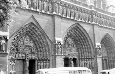 Fachada principal de la Catedral de Notre Dame, pórticos