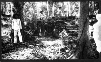 Indígenas desmontan una estructura ppiramidal