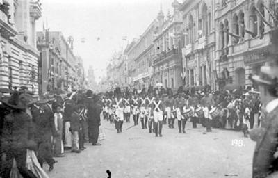 Soldados del Ejército Trigarante desfilan durante las fiestas del Centenario, tarjeta postal