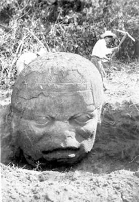 Excavación de una cabeza colosal olmeca