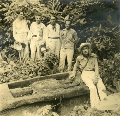Hombres junto a un hallazgo prehispanico, retrato