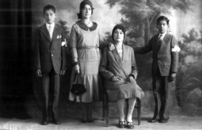 Grupo familiar posa para retrato en estudio