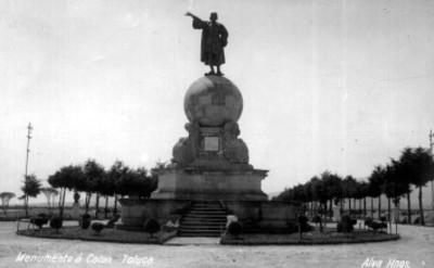 """Vista del """"monumento a Colón"""" en una plaza pública"""
