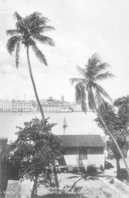 """Tarjeta postal con la imagen de una vista desde """"Casa Blanca"""" en la Habana, Cuba"""