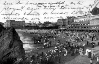 Gente en la Playa de Biarritz, vista del Palacio y el Casino