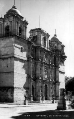 Vista lateral de la fachada de la Catedral de Oaxaca