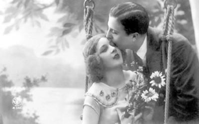 Hombre besa la frente de una mujer, tarjeta postal