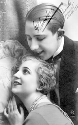 Hombre coloca su barbilla en la cabeza de una mujer, tarjeta postal