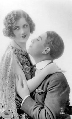 Hombre abraza y observa a su pareja, retrato, tarjeta postal