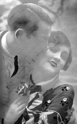 Hombre besa en la mejilla a una mujer, retrato, tarjeta postal