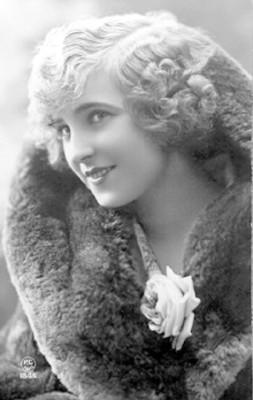 Mujer con abrigo, retrato, tarjeta postal