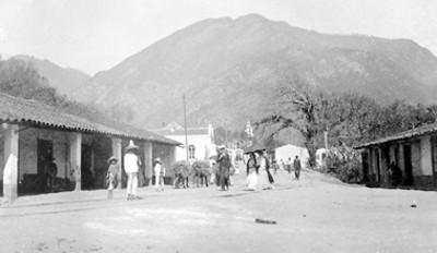 Gente pasea por la calle en Nogales, Veracruz