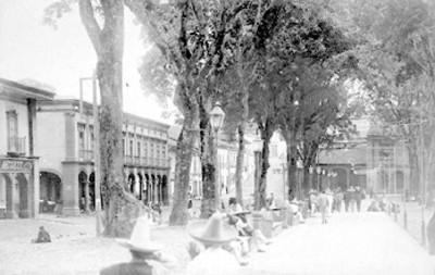 Gente en una plaza pública, tarjeta postal
