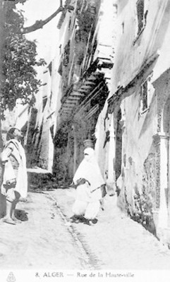 """Hombre y mujer en una calle de """"Alger"""", tarjeta postal"""