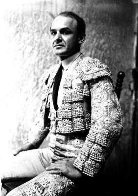 Carlos Neve, pintor vestido con traje de luces, retrato