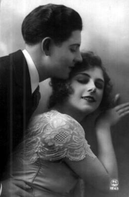 Hombre abraza a mujer por la cintura, tarjeta postal