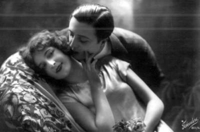 Hombre besa a mujer en el cuello, tarjeta postal