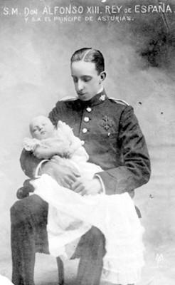 Retrato en una tarjeta postal del Rey Alfonso XIII de España sosteniendo en brazos a su hijo