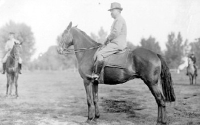 Retrato de Francisco I. Madero montado ha caballo en una tarjeta postal