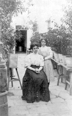 Retrato de mujeres en un patio, tarjeta postal