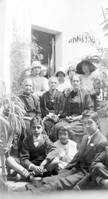 Mujeres y niños, retrato de grupo