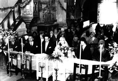 Guillermo Nieto con su novia acompañados de familiares frente a un altar durante su boda