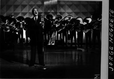 Jorge Negrete, cantante ante los micrófonos de la XEW al parecer durante una grabación