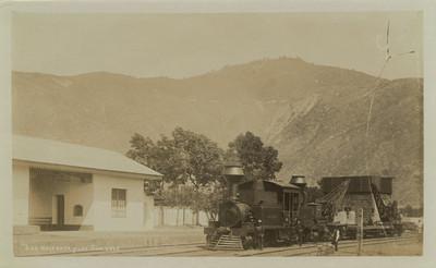 Hombres junto a locomotora en la estación de ferrocarri, retrato de gurpo
