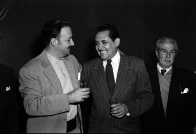 Jorge Negrete, actor y cantante conviviendo con varios hombres al parecer durante un evento