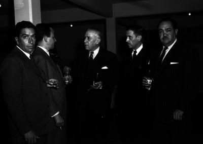 Alfonso Noriega, profesor de la Escuela Nacional de Jurisprudencia conviviendo con varios hombre al parecer durante un evento
