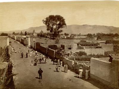 Gente en una calle de un poblado