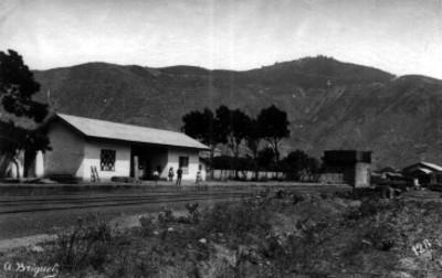 Hombres en estación de ferrocarril