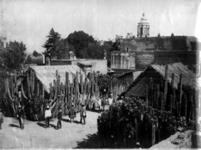 """Gente en una calle del """"Pueblo de San Marcos"""""""