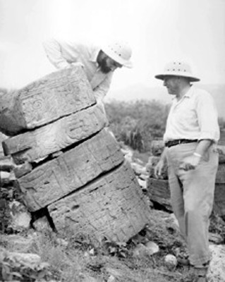 """""""Los arqueólogos Pedro Armillas y José García Payón estudiando los símbolos esculpidos del Templo de las Columnas"""""""