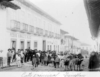 Gente aglomerada en la calle principal de Teziutlan