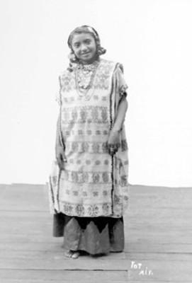 Indígena en estudio fotográfico, retrato
