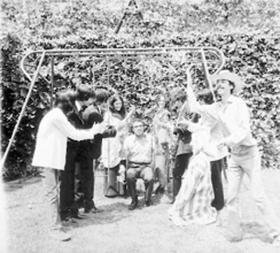 Carlos Monsiváis y compañeros en un jardín, retrato de grupo