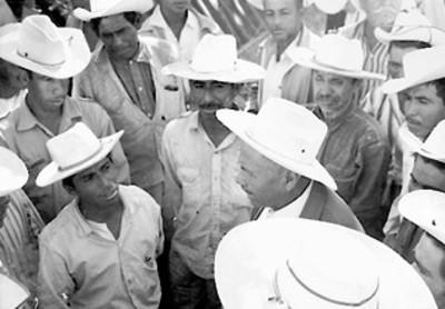 Rubén Jaramillo conversa con campesinos