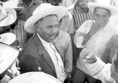 Rubén Jaramillo habla con campesinos