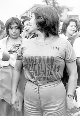 Mujer manifestante en la marcha contra la represión al Hospital General