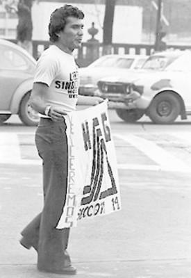 Hombre con cartel en la marcha contra la represión sindical en el Hospital General