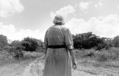 Mujer de espaldas en un camino
