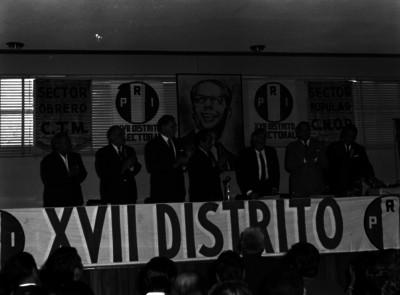 Raúl Noriega es aplaudido, en presídium, durante una Asamblea del XVII Distrito electoral del PRI