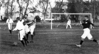 Futbolistas juegan un partido