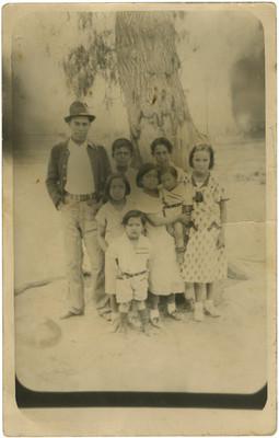 Familia frente a un árbol, retrato de grupo