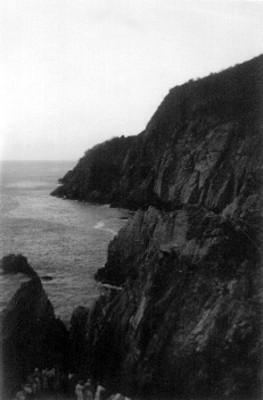 Vista de un acantilado en la orilla del mar