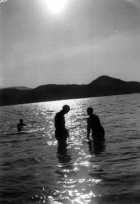 Muchachos se bañan dentro del mar en Acapulco