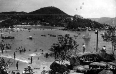 Tarjeta postal con la imagen de una playa con turistas en Acapulco